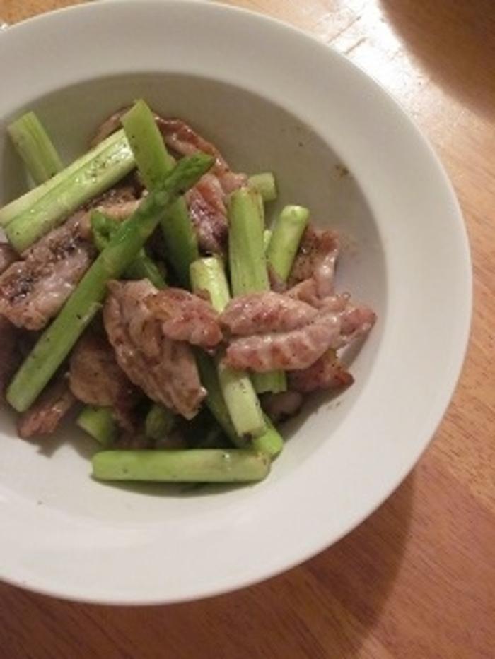 黒胡椒の効いたアスパラとせせりの簡単炒め物レシピ。アスパラの甘味と食感がせせりとよく合います。作り方は、まずアスパラを5cm程に切り、せせりも食べやすい大きさ