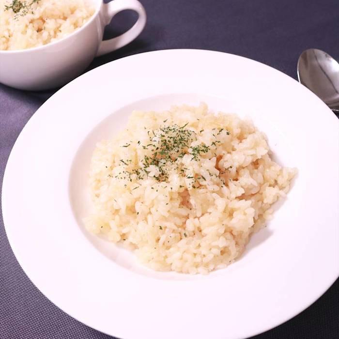 最初におすすめするリゾットレシピは「たった20分で!簡単チーズリゾット」。 生米から作る本格的なリゾットなのに20分ほどで完成の手軽なリゾットです。  作り方は、